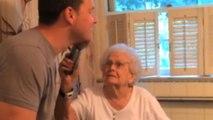 Lo prometido es deuda: se afeita el día que su abuela cumple cien años