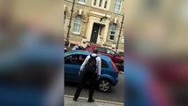 Quiere robar moto en marcha pero los peatones lo detienen