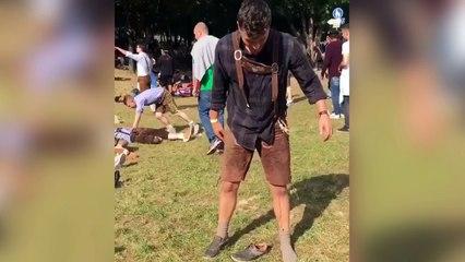 Un homme qui a un peu trop bu à beaucoup de mal à remettre sa chaussure !