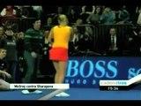 El golfista Rory Mcllroy juega un punto contra María Sharapova