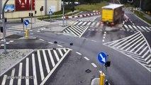 Un routier perd le controle de son camion et détruit complètement le carrefour