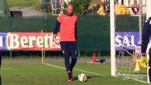 Le coach du Torino nettoie la lucarne de son gardien à l'entrainement