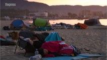 Bormes-Les-Mimosas: évacués, ils dorment sur la plage