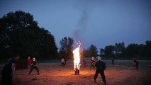 Torche humaine avec projection d'essence
