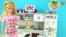 Poupées jouer jeunes filles pour et dessin animé sur Maman cuit avec des poupées de bébé jouer cuisine