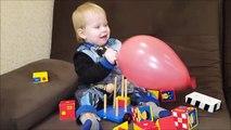 Attaques bébé mal ballon géant enfants enfants sur un ballon géant est tombé