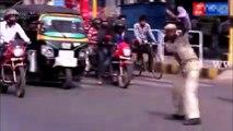 Police de la route danse sur la route en tant que danseuse - moment drôle