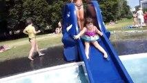 Ballon fou juste la famille pour amusement amusement enfants parc Cour de récréation faire glisser eau