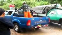 Le conducteur a conduit la voiture à travers la rivière, et, s'est terminé de façon inattendue.