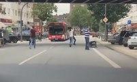 Des passants courageux lancent des chaises sur l'assaillant armé d'un couteau à Hambourg