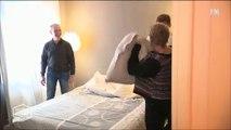 Un agent immobilier craque pendant une visite et se lance dans une bataille d'oreillers !