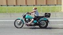 Une femme sous la drogue en moto à Houston