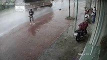 Un homme fait pipi au milieu de la route (Vietnam)