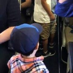Niño conquista a pasajeros de avión