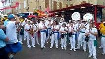 Une fanfare joue la musique du film Les gendarmes de Saint-Tropez devant des gendarmes du Gers