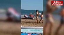 Préliminaires sur une plage italienne