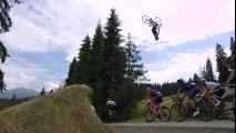 Ce cycliste saute en backflip au dessus des coureurs du tour de pologne !