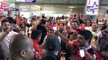 Les fans niçois accueillent Wesley Sneijder à l'aéroport