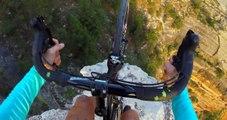 Au-dessus du Grand Canyon, un cycliste livre un magnifique numéro d'équilibriste