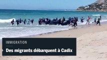 Des migrants débarquent sur une plage de Cadix sous les yeux des touristes