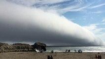 Impressionnant : une énorme vague de nuages déferle sur la mer !