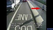 Un jogger pousse une femme sous les roues d'un bus sans raison.