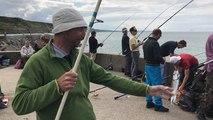La pêche aux poissons depuis la jetée de Port-en-Bessin