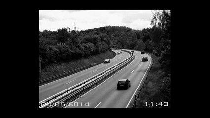 Une voiture disparait instantanément de la caméra de surveillance ! Flippant !
