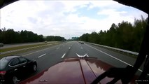 Un chauffard coupe la route d'un camion et provoque un gros accident sur l'autoroute