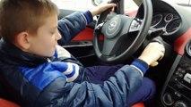 Ce gamin de 10 ans conduit la voiture de son père... Et c'est le drame!