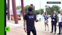 Neymar, nouvel ambassadeur de Handicap International, jongle avec un ballon sur la « Broken Chair»