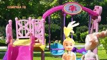 Dans le à dessins animés Poupée Barbie les parents maman a mal tourné enfants mauvais enfants jouer cosmétiques