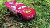 Attaqué par par des voitures la découverte géant enfants foudre homme araignée Disney pixar mcqueen alligator