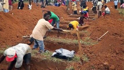Après des inondations sans précédent, les Sierra-léonais enterrent leurs morts