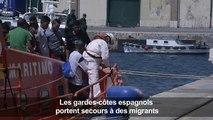 Les gardes-côtes espagnols portent secours à des migrants