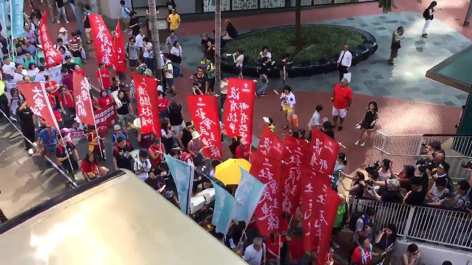 Wan Chai ( Loan Tử ), Hong Kong chiều 20/08/2017: Dòng người biểu tình trên đường trước khu vực Viện