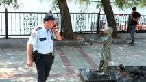 Atatürk'e çiçek veren kız heykeline çirkin saldırı
