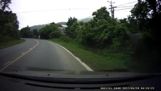 """Xe khách vào cua văng """"thớt"""" hạ gục xe máy ngược chiều"""