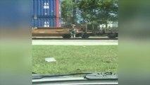Ce livreur en vélo saute par-dessus un train au passage à niveau pour gagner du temps... le fou !!