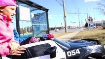 Mala coche en coche de conducción Niños en poder broma paseo a través de ruedas mcdonalds