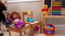 Vivant bébé frère poupées mis à la porte drôle obtient épicerie enfants petit récréation achats avec  