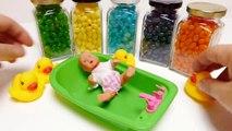 Bébé poupée bain temps Apprendre les couleurs avec gelée haricot bébé bouteilles avec jouets à lintérieur
