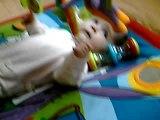angèle joue sur son tapis d'eveil