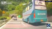 Un virage soudain sur l'autoroute conduit à un accident de plusieurs voitures en Chine