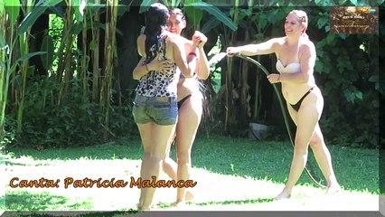 3 Chicas bailando tango bajo la lluvia artificial.- Canta Patricia Malanca en Isla del tango