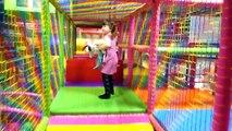 Et des balles pour enfants pour dans intérieur Cour de récréation Pologne avec aire de jeux pour enfants leader ely ela