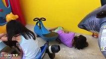 Attaque génial bébé mal Baignoire géant dans désordre désordonné hors hors requin le le le le la jouets Freaks c