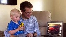 A 2 ans cet enfant reconnait 50 voitures différentes et donne leurs noms !