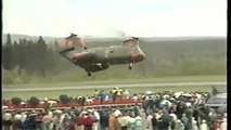 Loco Británico piloto bailando con su Chinook traducción espanol helicóptero (o)