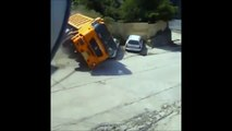 Il sort de sa voiture 1 sec avant de se faire percuter par un camion ! Bon Karma